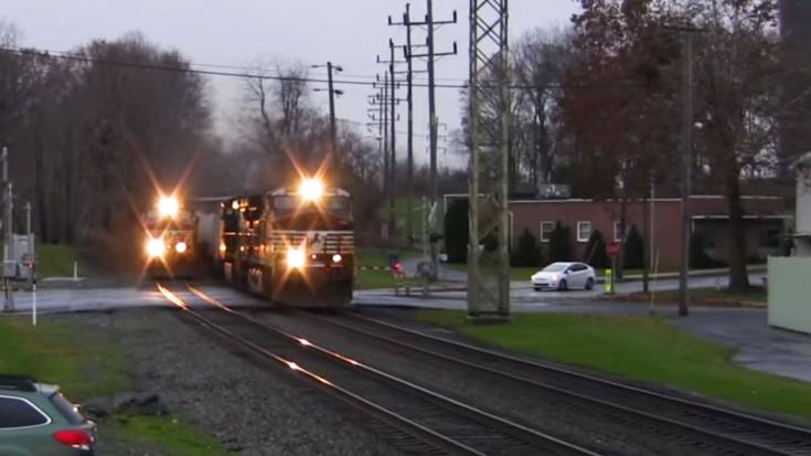 Intermodal Freights Battle It Out On A Curve! | Train Fanatics Videos