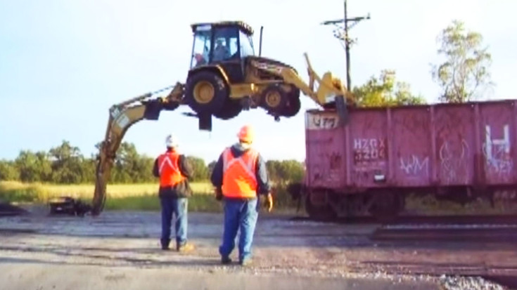 Amazing Herzog Cartopper Unloads Itself From Train, No Ramps Required! | Train Fanatics Videos