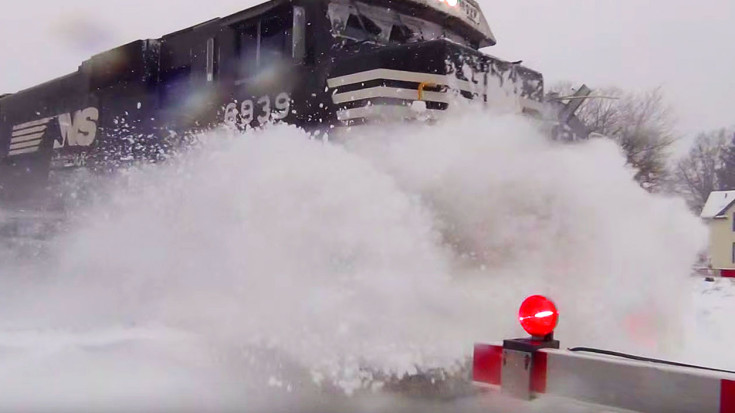 Norfolk Southern Engine Sends Snow Flying And Gets The Job Done! | Train Fanatics Videos